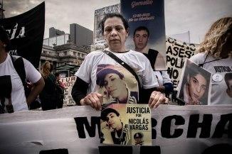 Era la noche del sábado 1 de abril de 2017. Después de intentar escapar en moto y de que su compañero fuera detenido, Nicolás Vargas, de 18 años, escapó de la policía a las corridas. En el rincón más oscuro de la intersección de las calles 38 y 155 de la ciudad de La Plata, un estallido seco lo dejó tendido en el suelo. Fue un disparo certero de un sargento de la policía bonaerense que le atravesó la cabeza de lado a lado. A los tres días, Nicolás murió. La fiscal Leila Aguilar, de la Unidad Nº 5 de La Plata, todavía no cuestiona la versión del policía e investiga el crimen como un caso de legítima defensa. En la foto, la mamá de Nicolás.
