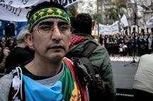 Santiago Maldonado, artesano, 28 años, se acercó a brindar su apoyo a la comunidad Mapuche Pu Lof en Resistencia, del departamento Cushamen, provincia de Chubut. El 1º de agosto la Gendarmería Nacional intentó desalojar a la comunidad mediante represión y disparos. Después de las corridas, Santiago desapareció. Los testigos dicen que vieron a Santiago cuando lo subían a una camioneta de la Gendarmería. El juez federal Guido Otranto desmiente esta versión. El juez federal Guido Otranto es el mismo que ordenó el operativo de Gendarmería que reprimió en el Pu Lof a quienes se manifestaban por la liberación del dirigente Mapuche Facundo Jones Huala, y concluyó con la desaparición de Santiago. Alejandro Sebastián Jones Huala, tío de Facundo, se movilizó en Rosario. Exige la aparición con vida de Santiago Maldonado.